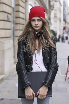 カーラ・デルヴィーニュはレザージャケットと合わせてロックにきめて。ニットキャップのコーデ☆真似したいスタイル・ファッション♪