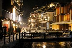 山形県の銀山温泉は「東の温泉情緒No1」にも選考された東日本の温泉街(日本経済新聞社 魅力の温泉66)です。 温泉はもちろんのこと、昭和61年に制定された「銀山温泉家並保存条例」により、風情ある旅館を楽しむことができます。