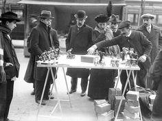 France. Marchand de jouets ambulant à Paris en décembre 1913 / Bibliothèque nationale de France