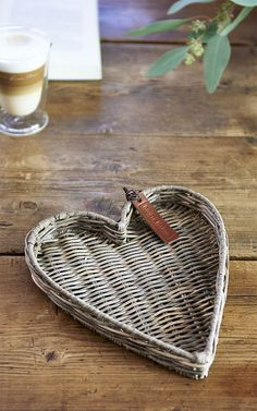 Rivièra Maison zomer 2019 - Famous Last Words Willow Weaving, Basket Weaving, Rivera Maison, Paper Weaving, Newspaper Crafts, Upcycled Home Decor, Paper Basket, Paper Jewelry, Handmade Furniture