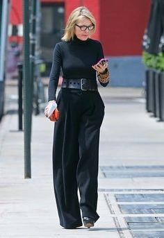 Tenue: Pull à col roulé noir, Pantalon large noir, Escarpins en cuir noirs, Ceinture serre-taille en cuir noire
