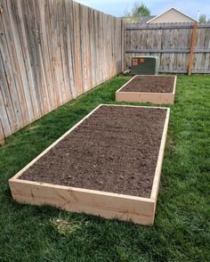 Use this DIY raised garden bed tutorial to create an efficient garden layout with the benefits of raised garden beds! These easy wood garden beds will transform your garden into a gardener's dream. Use the exact DIY raised garden bed tutorial to learn how Raised Garden Bed Plans, Building Raised Garden Beds, Raised Bed Diy, Cheap Raised Garden Beds, Raised Flower Beds, Raised Gardens, Rased Garden Beds, Raised Vegetable Garden Beds, Raised Garden Bed Design