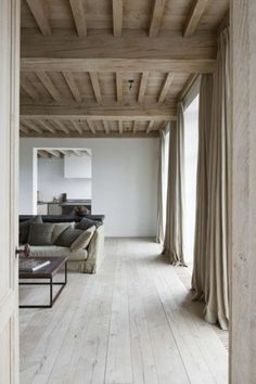 salon en bois clair, sol en parquet clair pas cher, parquet massif chene couleur clair