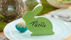 Set a pretty Easter table with our DIY Easter table decorations. Includes an easy Easter centerpiece idea, plus printable place cards and party favors. Brunch Mesa, Brunch Table, Brunch Party Decorations, Easter Table Decorations, Easter Decor, Easter Brunch, Easter Party, Easter Dinner, Deco Table