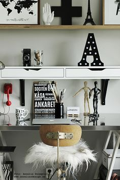 fårskinn, konsttryck, eiffeltorn i inredningen, bokstavslampa, kors mm: www.anneliesdesign.se