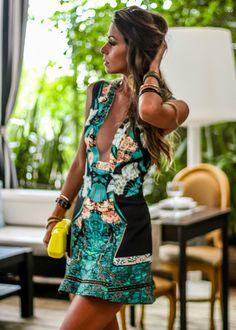 Modelo de vestido curto estampado para festas ou balada