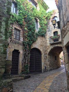 Pals, Gerona, Cataluña Visit Barcelona, Barcelona Spain, Vacation Destinations, Dream Vacations, Living Place, Interesting Buildings, Gaudi, Spain Travel, Villas