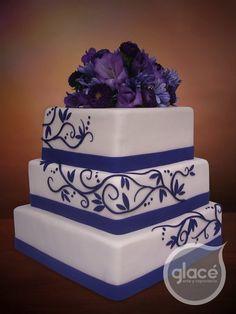 Torta de boda cuadrada con flores naturales