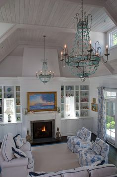 Poolhouse with cozy cottage feel and blue and white decor