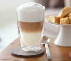 Latte macchiato s bílou čokoládou Coffee Town, Coffee Break, Morning Coffee, Espresso Drinks, Coffee Drinks, Affogato, Cafe Food, I Love Coffee, Barista