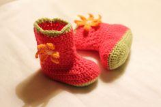 Patucos rosa y verde de bebé zapatitos de crochet por Zapazapatuco, $11.00
