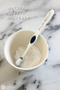 An inexpensive and completely natural way to whiten your teeth in just a few minutes a week!