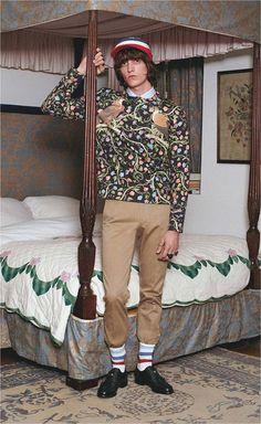 A coleção de pré primavera-verão 2017 da Gucci, assinada por Alessandro Michele, traz calças com lavagens diferentes que dão um toque mais contemporâneo aos looks com inspiração vintage e geek do estilista!