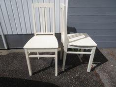 Kauniit, vanhat tuolit, liimaukset ovat kunnossa, maalausjälki ei ihan priimaa, valumia ja jossain kohdassa maalia paksummasti kuin toisessa kohdassa, muutamassa kohdassa maalipinnassa lohkeamia. Menee käytössä kyllä tälläkin maalilla.  MYYTY.