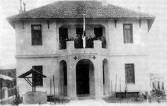 Το Πολυϊατρείο του Ελληνικού Ερυθρού Σταυρού. Το 1934, που ο Συνοικισμός Βύρωνος έγινε Δήμος Βύρωνος , στεγάστηκε στον πρώτο όροφο αυτού του κτιρίου το Δημαρχείο της πόλης.  Στη φωτογραφία το δημοτικό συμβούλιο και υπάλληλοι του Δήμου στον εξώστη του πρώτου ορόφου.
