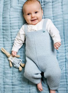 Selebukser til baby Knitting For Kids, Baby Knitting Patterns, Baby Patterns, Baby Dungarees Pattern, Brei Baby, Baby Boy Outfits, Kids Outfits, November Baby, Baby Barn