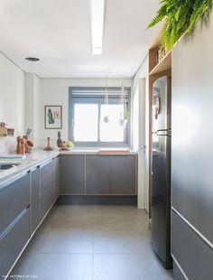 Piso e marcenaria na cor cinza dão um tom clean à cozinha.