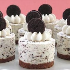 Oreo Cookies and Cream No-Bake Cheesecake ~ An adult dessert gets some kid lov'n with an Oreo crush. Desserts Oreo Cookies and Cream No-Bake Cheesecake Cheescake Oreo, Cookies And Cream Cheesecake, Cheesecake Factory Recipes, Baked Cheesecake Recipe, Oreo Cheesecake Cupcakes, No Bale Cheesecake, No Bake Cheesecake Filling, Key Lime Cheesecake, Fancy Desserts