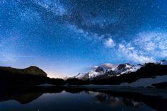 Des étoiles par milliers scintillent dans la Voie Lactée, au-dessus de la Meije, une montagne située à la limite des Hautes-Alpes et de l'Isère. Photographie de Thibault Barron