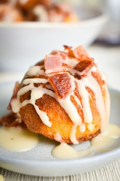Let's take a look at our take on some amazing maple bacon cake balls that break down the barrier between breakfast and dessert. The amazing mixture of sweet, salty, smoky, and savory in maple bacon cake balls is unlike what you get out of most foods. Types Of Desserts, Types Of Cakes, Delicious Breakfast Recipes, Dessert Recipes, Bacon Cake, Cake Pop Maker, Tool Cake, Icing Ingredients, Vanilla Cake Mixes