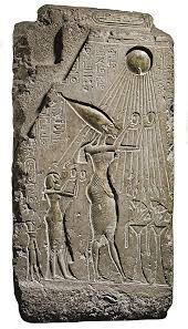 Il faraone Akhenaton e la sua famiglia in atto di adorare il dio Aton (il sole), XVI secolo a.C. Rilievo inciso su pietra calcarea. Frammento del Palazzo reale di Tell el Amarna. Il Cairo, Museo Egizio.