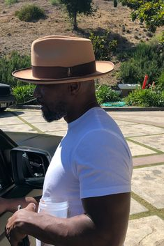 Jamie Foxx wears his custom hat named The Fox by Bellissimo. (Link below) Mens Dress Hats, Men Dress, Fedora Outfit, Mens Casual Suits, Outfits With Hats, Cool Hats, Brim Hat, Well Dressed Men, Men Looks