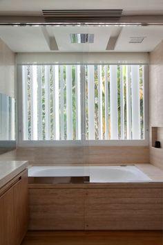 Residência Brise: Banheiros modernos por Gisele Taranto Arquitetura