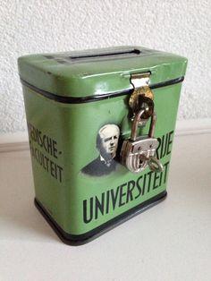 Groen spaarbusje voor de Vrije Universiteit met dr. Abraham Kuyper op de voorkant.