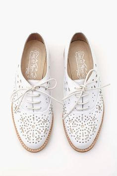 Fantastic white oxford shoes. #Colgate #OpticWhite #WeddingMonth http://bit.ly/1lc9DHM