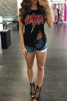 41 Ways to Wear Chic Grunge Outfits in This Spring Zerschnittene Shirts, Diy Cut Shirts, T Shirt Diy, Cutting T Shirts, Ways To Cut Shirts, Ripped Shirts, Sewing Shirts, Rock Shirts, Shirt Refashion