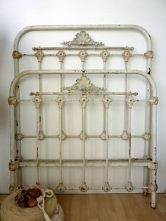 68 super ideas for shabby chic bedroom furniture bed frame wrought iron Shabby Chic Bedroom Furniture, Bedroom Vintage, Vintage Beds, Antique Furniture, Antique Bedrooms, Vintage Headboards, Diy Headboards, Paint Furniture, Antique Iron Beds