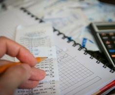 Führst du schon ein Haushaltsbuch? Hier erfährst du Tipps und Tricks und eine kostenlose Vorlage gibt es obendrauf!