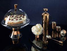 Idée cadeau pour la fête des pères! L'élégant Tank Cake Stand, servant de présentoir pour les desserts et tartes, accompagné du bol de crème glacée Tank, se jumellent parfaitement aux verres de la même collection présentés ci-haut. Tous ces accessoires distingués sont présentés dans un gracieux emballage cadeau. Disponible en boutique et sur notre site web (lien dans notre bio). Tank Cake, Ice Cream Bowl, Tom Dixon, Elegant Cakes, Cake Servings, Dinnerware, Kitchen Dining, Modern Furniture, Cake Decorating