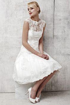Prachtige korte stijl bruidsjurk gemaakt van kant. De top is mouwloos en heeft een mooie halslijn welke prachtig bewerkt is. De jurk wordt helemaal op de hand en op maat gemaakt.