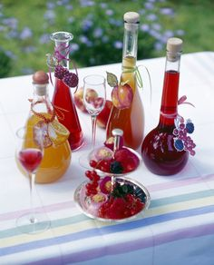 Various homemade fruit liqueur bottles with fruits on table , Fruit Drinks, Wine Drinks, Cocktail Drinks, Coffee Drinks, Glace Fruit, Cooking Time, Cooking Recipes, Homemade Liquor, Refreshing Drinks