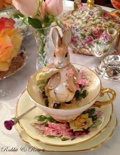 Easter Tea - very Beatrix Potter. Easter Table, Easter Eggs, Easter Bunny, Easter Dinner, Vintage Tea Parties, Easter Parade, Beatrix Potter, Peter Rabbit, Easter Crafts