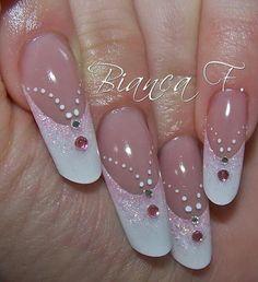 Punta mandarley en frances blanco con sonrisa en rosa brilloso con una piedrita blanca y otra mas grande rosa y puntos de tinta blanca