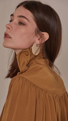 Aceto Earring, a set of disc hoop earrings with sliver ball ends. COMPOSITION AND CARE Gold plating can be subject to tarnishing. This is a natural oxidization process which occurs when metal is in co
