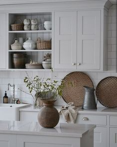 White Cottage Kitchens, Rustic Country Kitchens, Farmhouse Style Kitchen, Rustic Kitchen, Kitchen Family Rooms, Home Decor Kitchen, Kitchen Design, Kitchen Redo, Glass Kitchen Cabinets