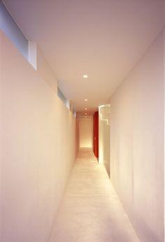 En el interior el diseño minimalista y un techo parabólico en el último piso del edificio, son rasgos distintivos, unas pinceladas de color proporcionan un contraste con el entorno blanco ondulado, que da ritmo al espacio. El fluir tridimensional del cielorraso, los baños que se elevan a distintos niveles de altura, despiertan sensaciones contrastantes de tensión y relajación y da a la sala un sentido de obligación.
