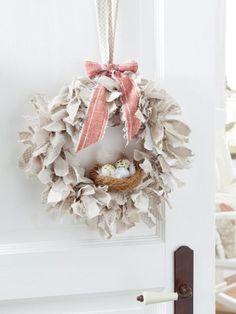 Einen Türkranz gönnen wir uns zu jeder Jahreszeit. Zu Ostern hängen wir dieses Exemplar aus Stoffresten auf.