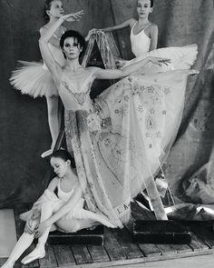 """Прославленная прима-балерина @aleksandrova_maria_bt рассказала ELLE о причинах увольнения """"по собственному желанию"""" из Большого театра накануне своего двадцатого сезона на сцене. Читайте в майском номере. """"Профессия балерины  сложная и жестокая. Но на сцене я никогда ни с кем не конкурировала ... Козни и соперничество  это не про меня. Но и друзей в балете у меня очень мало."""" Фото: @alexkolpa Стиль: @vadimgalaganov #ellerussia  via ELLE RUSSIA MAGAZINE OFFICIAL INSTAGRAM - Fashion Campaigns…"""