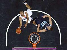 Parker atacando a Manu en su primer enfrentamiento.