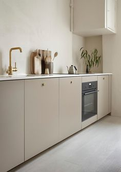 Kitchen Interior Design Kitchen with beige cabinets and brass details by Anna Pirkola. Photo by Katri Kapanen - Kitchen with beige cabinets, brass faucet, brass kitchen knobs, brass sink, scandinavian kitchen desing Kitchen Knobs, Home Decor Kitchen, Rustic Kitchen, Interior Design Kitchen, Kitchen Ideas, Kitchen Fixtures, Kitchen Layout, Kitchen Soffit, Kitchen Shop