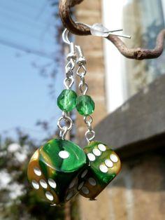 """Boucles d'oreille """"Mother of dragons"""" avec dés à jouer 6 faces verts et jaunes et perles de Bohème émeraude : Boucles d'oreille par acherontia"""