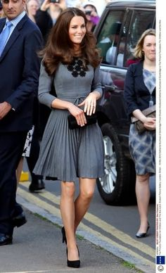 kate middleton in a grey pleated Orla Kiely dress with a pair of black satin pumps and a small box clutch - love this look! Kate Middleton Stil, Estilo Kate Middleton, Kate Middleton Fashion, Kate Middleton Outfits, Lady Diana, Pantyhosed Legs, Princesa Kate Middleton, Herzogin Von Cambridge, Evolution Of Fashion