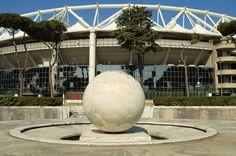 Di fronte allo Stadio Olimpico troviamo la fontana della Sfera, costituita da un unico blocco di marmo di tre metri di diametro opera di Mario Paniconi e Giulio Pediconi (1933-34). Attorno alla fontana, i mosaici a tessere nere su disegno di Giulio Rosso (photo credits: Roma Slow Tour)