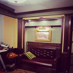 Мебельное ателье FEELWOODS. Домашний кабинет выполненный в английском стиле, материал бук тонированный, ручная резьба