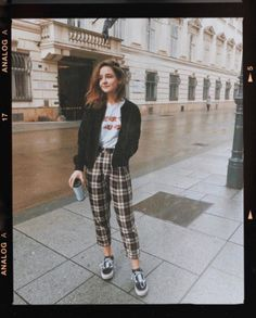 #Inspiration #Looks Beautiful Outfit Trends Look Fashion, Korean Fashion, 90s Fashion, Fashion Outfits, Womens Fashion, Checked Trousers Outfit, 90s Pants, Tartan Pants, Cropped Pants