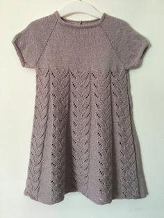 kjolen strikkes i Designclub.dks DUO Silke/Merino i str år Knitting For Kids, Baby Knitting Patterns, Baby Patterns, Crochet Baby Clothes, Sweater Set, Knit Dress, Baby Dress, Knit Crochet, Short Sleeve Dresses